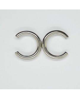 Broche metálico plateado de diseño moderno