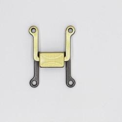 Cierre corcheta decorativa con un diseño moderno y original de color oro viejo, de sujeción perfecta