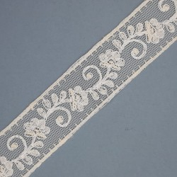 Encaje entredos con tul bordado de 2,5 cms y color beige. Cinta decorativa para prendas y complementos.
