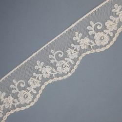 Encaje tul bordado de color beige de 6,5 cms. Cinta decorativa especial para prendas y complementos de ceremonias.