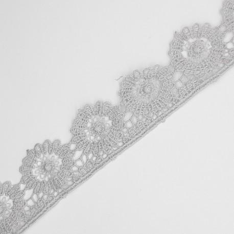 Encaje guipur 3 cms con acabado en flor de color gris, ideal para trajes regionales, sábanas, toallas, colchas,... y muchos
