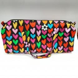 Bolsa para labores con estampado multicolor de corazones, accesorio práctico y muy útil