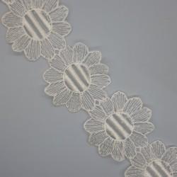 Galón flores organza de color beige de 5,5 cms. Adorno elegante para prendas y complementos. Pieza versátil.