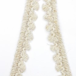 Pasamanería lino con picos decorativos de 15 mm. Fleco clásico ideal para remates y acabados en prendas y complementos.