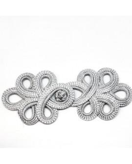 Broche alamar de color plata. Cierre decorativo, de diseño fino y elegante, para tus prendas y complementos.