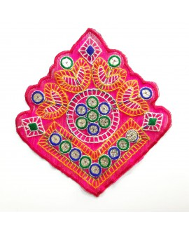 Aplicación étnica multicolor con espejos decorativos y un diseño original y novedoso para tus prendas color fucsia