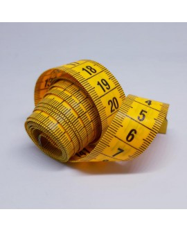 Cinta métrica amarilla con numeración en ambas caras especial sastre con un diseño clásico, flexible y suave