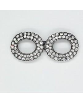 Broche fantasía con piedras brillantes. Cierre decorativo con un diseño clásico y elegante. Especial para prendas y complementos
