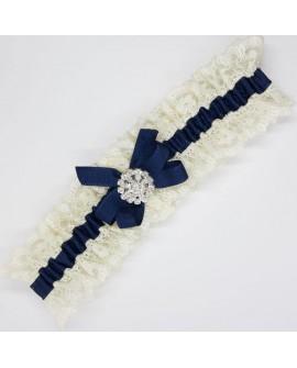 Liga novia encaje beige y cinta azul marino con brillante decorativo.