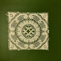 Aplique bolillo cuadrado de algodón y color beige. Adorno clásico para decorar toallas, mantas, manteles,... Pieza versátil.