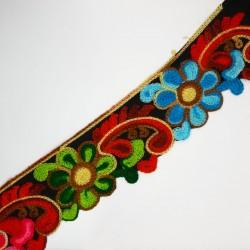 Galón de lana de 6 cms con flores bordadas multicolor. Para remates y acabados en prendas y complementos.