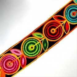 Galón lana de 6 cms con flores bordadas circulares multicolor. Para remates, acabados y tapacosturas en prendas y complementos.