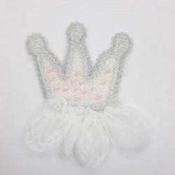 Aplique de corona con brillo y tul decorativo de color blanco. Adorno para complementos y prendas infantiles.