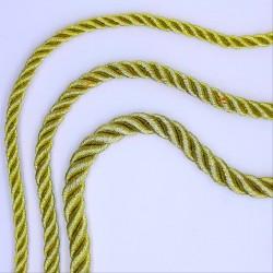 Cordón trenzado metalizado dorado con brillo. Ideal para cofradías y actos religiosos, entre muchos más proyectos decorativos.