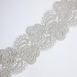 Encaje metalizado plateado de 7 cms con flores bordadas. Adorno elegante y distinguido para múltiples trabajos de ceremonias.