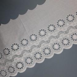 Tira bordada de color blanco de 14 cms con flores perforadas decorativas. Pieza para infinitos proyectos.