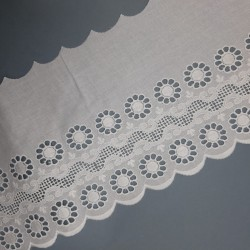 Tira bordada flores perforadas blanca 14 cms