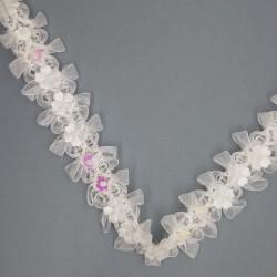 Pasamanería o galón de 2,5 cms con flores blancas decorativas. Ideal para canastos y cestas en bodas, bautizos y comunión,...