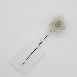 Hebilla para cabello con gancho y flor metalizada decorativa. Ideal para peinados y recogidos, tanto de fiesta como casual.
