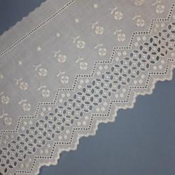 Tira bordada beige de 15 cms con flores caladas y acabados en picos. Ideal para prendas y complementos del hogar.