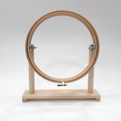 Bastidor para bordar con pie de madera redondo y tornillo para prensar la tela.