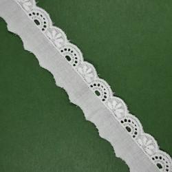 Tira bordada blanca de 2 cms dibujo 1 cm. Pieza versátil y clásica ideal para remates y acabados en prendas y complementos.