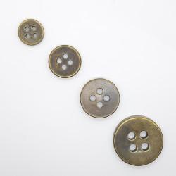 Botón de 4 agujeros de color oro viejo decorativo. Pieza clásica y elegante para embellecer tus prendas y complementos.