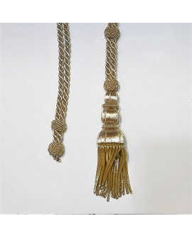 Cordón dorado metalizado brillante con fleco decorativo. Especial para primera comunión, cofradías y actos religiosos.