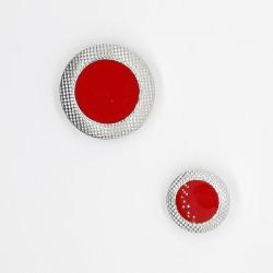 Botón metálico rojo con filo brillante plateado de diseño elegante y original para tus prendas y complementos
