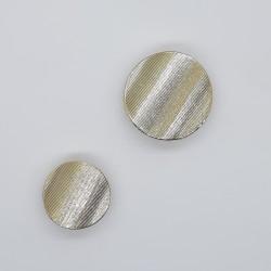 Botón brillante metálico dorado de efecto ondas con pie rallado, diseño chic y original para prendas y complementos
