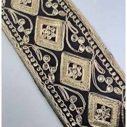 Galón pasamanería lamé de 8,5 cms. De color negro con bordado dorado. Ideal para remates y acabados