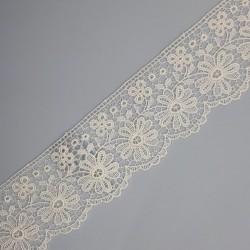 Encaje guipur blanco de flores de 4,5 cms. Ideal para dar volumen y elegancia a tus prendas y complementos.