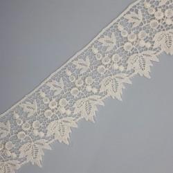 Encaje guipur blanco con hojas decorativas de 5 cms.
