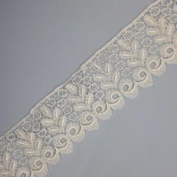Encaje guipur blanco de 5 cms. Ideal para dar volumen y elegancia a tus prendas y complementos.