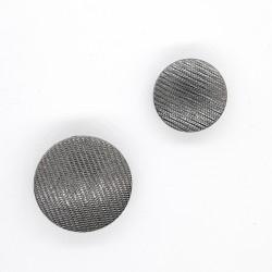 Botón metálico negro pavonado de rayas decorativas. Ideal para embellecer prendas y complementos.