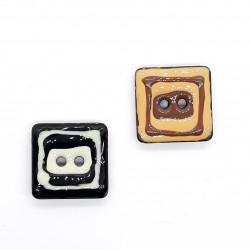 Botón cuadrado esmaltado decorativo de 2 x 2 cms.