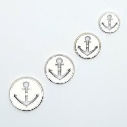 Botón metálico con ancla decorativa de color blanco. Botón original para tus prendas y complementos.
