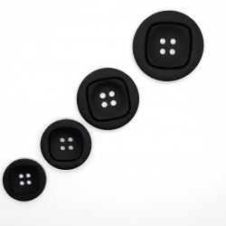 Botón negro mate de 4 agujeros. Botón simple y moderno para darle a tus prendas y complementos un toque personal.