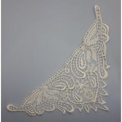 Motivo de guipur de color blanco roto. Aplicación clásica y elegante especial para vestidos y velos de novias. Pieza versátil.