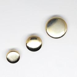 Botón dorado liso y plano. De diseño clásico y elegante, para darle a tus prendas y complementos un toque chic.