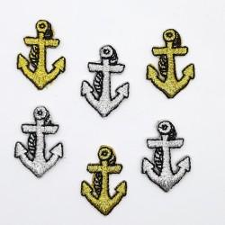 Aplicación parche marinero de ancla bordada metalizada termoadhesiva.