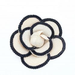Flor chanel con imperdible. Accesorio sencillo y elegante para embellecer tus prendas y complementos.