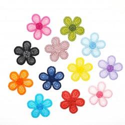 Aplicación en forma de flor de color termoadhesiva de 2,5 cms. Adorno alegre y original para decorar tus prendas y complementos.