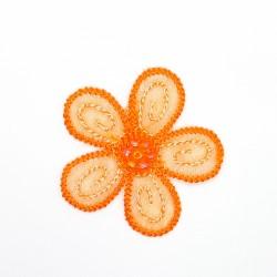 Aplicación flor termoadhesiva de 4 cms y color naranja con perlas decorativas. Adorno ideal para prendas y complementos