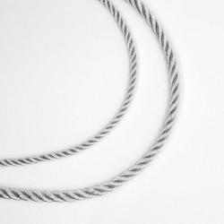 Cordón metalizado trenzado plateado con brillo. De diseño clásico y elegante. Pieza versátil para múltiples proyectos decorativo