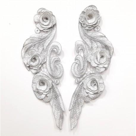 Aplicación metalizada plateada de 2 piezas de 30 cms. Adorno elegante y singular para embellecer tus prendas y complementos.