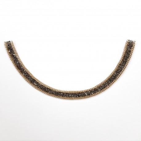 Cuello con piedras de cristal decorativo. Cadena termoadhesiva de fácil colocación para aportar elegancia a tus prendas.