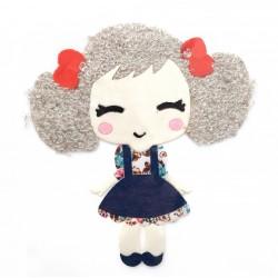 Aplicación muñeca termoadhesiva. Adorno infantil ideal para embellecer tus prendas y complementos.