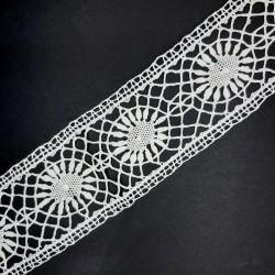 Puntilla entredos de bolillo hecho a mano blanco roto. Encaje ideal para dar volumen y elegancia a tus prendas y complementos.