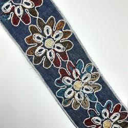 Galón tejano de 8 cms con flores bordadas decorativas. Pasamanería versátil para múltiples proyectos decorativos.
